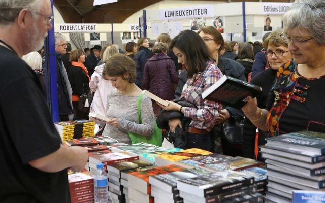 Les visiteurs de la Foire du Livre de Brive, à Brive-la-Gaillarde, le 5 novembre 2016. La 36e édition commencera le 9 novembre 2017. (Crédit : AFP/DIARMID COURREGES)