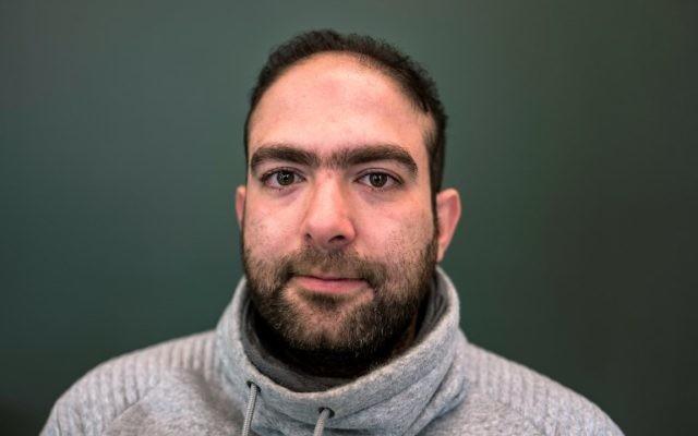 Le réfugié syrien Yazan Awad, 30 ans, qui a été torturé pendant des mois par la branche des enquêtes des renseignement de l'armée syrienne, le 8 novembre 2017 à Berlin. Il fait partie des Syriens qui ont porté plainte contre le régime (Crédit : PHOTO AFP / John MACDOUGALL)