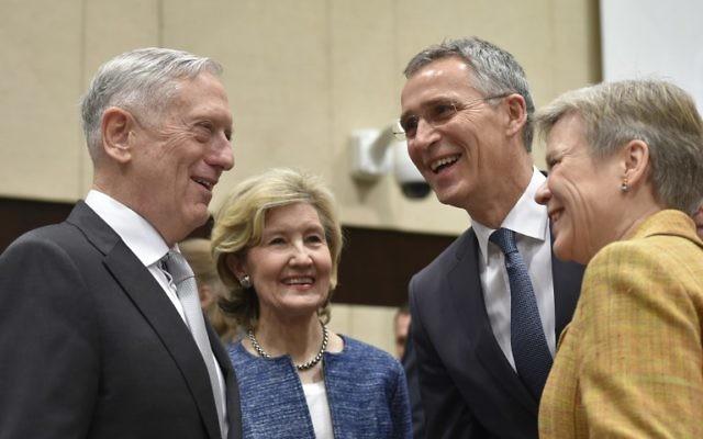 Le secrétaire américain à la Défense, James Mattis (à gauche) et l'ambassadeur des États-Unis, Kay Bailey Hutchison (au centre), s'entretiennent avec le secrétaire général de l'OTAN, Jens Stoltenberg (2 à droite), le 9 novembre 2017 (Crédit : PHOTO AFP / JOHN THYS)
