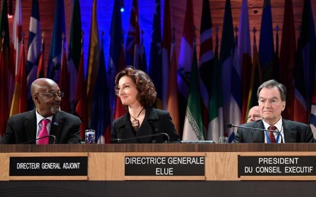 L'ancienne ministre française de la Culture Audrey Azoulay, au centre, au siège de l'UNESCO à Paris le 10 novembre 2017, après que les Etats membres de l'UNESCO ont approuvé la nomination d'Azoulay à la tête de l'agence culturelle. (Crédit : AFP / Eric Feferberg)