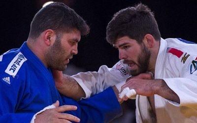L'Israélien Ori Sasson (en bleu) concourt contre le Français Cyrille Maret (en blanc) lors de l'Open des Championnats du Monde de Judo à Marrakech le 11 novembre 2017. (Crédit : AFP / Fadel Senna)