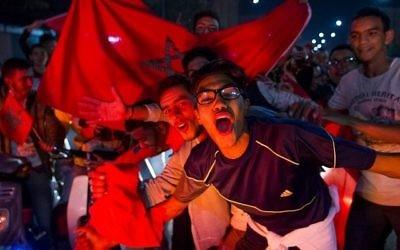 Les Marocains célèbrent le 11 novembre 2017 à Marrakech la victoire du Maroc contre la Côte d'Ivoire lors de la qualification pour la Coupe du Monde de la FIFA. (Crédit : AFP / Fadel SENNA)