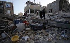 Des personnes, y compris des secouristes, effectuent des opérations de recherche et de sauvetage après un séisme de magnitude 7,3 à Sarpol-e Zahab dans la province de Kermanshah, en Iran, le 13 novembre 2017. (Crédit : AFP / ISNA / POURIA PAKIZEH)