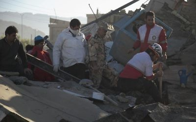 Des secouristes recherchent des survivants dans les décombres à Sarpol-e Zahab suite à un séisme d'une magnitude de 7,3 sur l'échelle de Richter qui a touché une région de l'ouest de l'Iran,  Kermanshah, le 13 novembre 2017 (Crédit : AFP/TASNIM NEWS/Farzad MENATI)