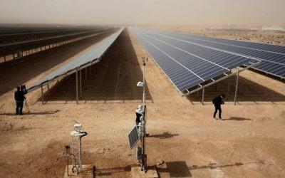 Vue sur la nouvelle installation solaire financée par l'Allemagne, au camp de réfugié Zaatari, en Jordanie, le 13 novembre 2017. (Crédit : AFP / KHALIL MAZRAAWI)