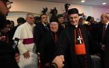 Le patriarche maronite libanais Mar Bechara Boutros al-Rahi (2R) accueille les membres de la communauté libanaise vivant en Arabie saoudite à l'ambassade du Liban à Ryad le 13 novembre 2017. (Crédit : AFP / FAYEZ NURELDINE)