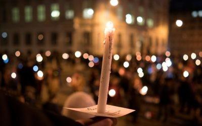 """Les gens brandissent des bougies lors d'un rassemblement réuni sous le slogan """"Nos ministères ne sont pas aux mains des extrémistes de droite"""" le 15 novembre 2017 devant la chancellerie de la capitale autrichienne, à Vienne, Autriche (Crédit : AFP PHOTO / JOE KLAMAR)"""