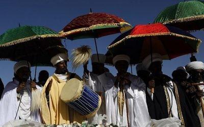 Les «Kessim» israéliens ou chefs religieux de la communauté juive éthiopienne dirigent les prières pendant la fête de Sigd marquant le désir de « retourner à Jérusalem », qu'ils célèbrent depuis une colline dans la ville sainte au-dessus du mont du Temple, le 16 novembre 2017 (Crédit : AFP PHOTO / GALI TIBBON)