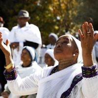 """Des femmes israéliennes de la communauté juive éthiopienne prient pendant la fête du Sigd, marquant le désir de """"retourner à Jérusalem"""", alors qu'elles la célèbrent depuis une colline de la ville sainte surplombant le mont du Temple, le 16 novembre 2017. (AFP Photo/Gali Tibbon/File)"""