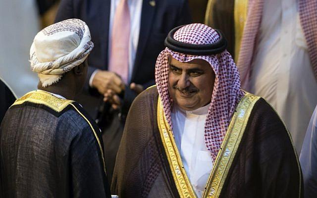 Le ministre des Affaires étrangères de Bahreïn, Cheikh Khalid Bin Ahmed Al-Khalifa, lors d'une réunion au siège de la Ligue arabe au Caire, la capitale égyptienne, le 19 novembre 2017. (Crédit : AFP / KHALED DESOUKI)