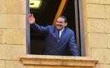 Le Premier ministre libanais Saad Hariri salue ses partisans à son arrivée à Beyrouth, le 22 novembre 2017. (Crédit : AFP PHOTO / STR)