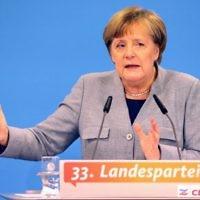 Angela Merkel, chancelière allemande et leader du parti de l'Union chrétienne-démocrate (CDU), prononce une allocution lors d'une conférence régionale dans son Land de Mecklembourg-Poméranie occidentale, dans ce qui est son premier grand discours depuis l'effondrement des négociations pour former une coalition le 25 novembre 2017 à Kühlungsborn, dans le nord de l'Allemagne. (Crédit : AFP / dpa / Bernd Wüstneck)