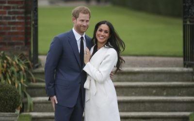 Le Prince Harry et sa fiancée américaine Meghan Markle à Sunken Garden, à Kensington Palace, le 27 novembre 2017, après l'annonce officielle de leurs fiançailles. (Crédit : Daniel LEAL-OLIVAS / AFP)