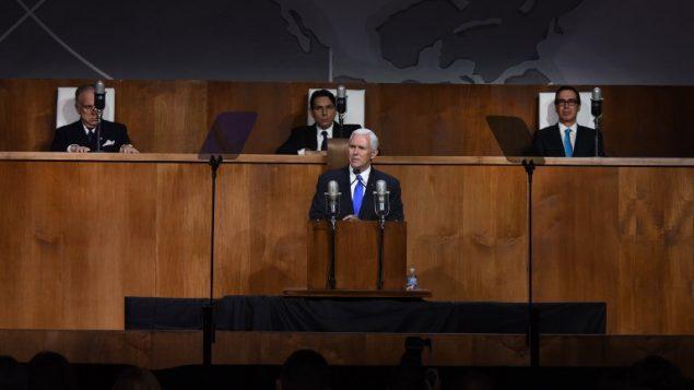 """Le vice-président Mike Pence à la tribune lors de l'événement mis en place par la Mission permanente d'Israël aux Nations unies célébrant le 70ème anniversaire du vote de l'ONU appelant à """"la création de l'état d'Israël"""", au Queens Museum de New York, le 28 novembre 2017 (Crédit : AFP/TIMOTHY A. CLARY)"""