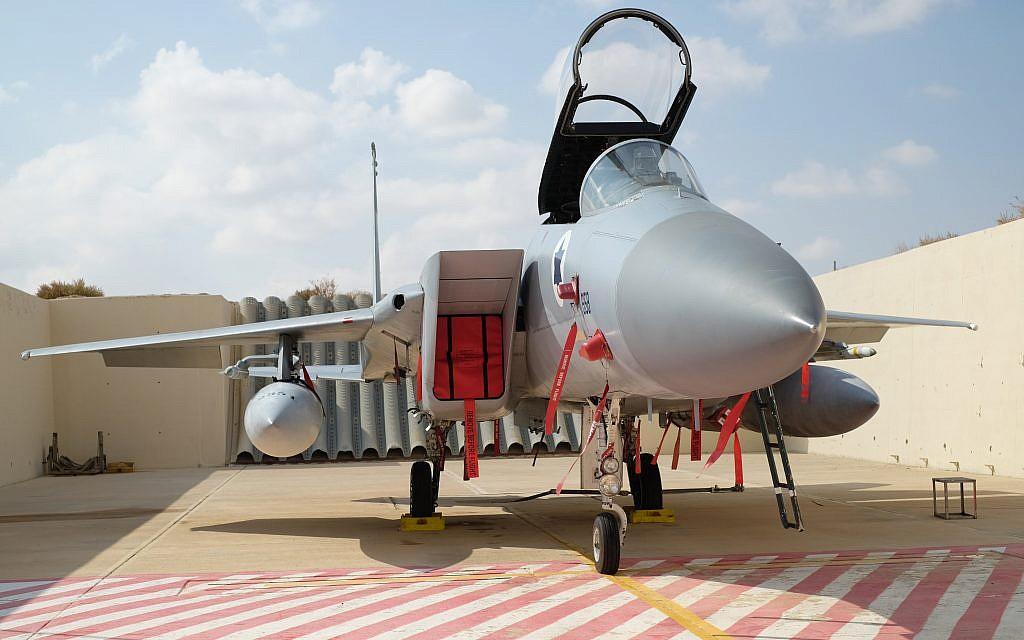 Un avions de chasse F-15 devant son hangar, dans la base militaire d'Ovda, au sud d'Israël durant l'entraînement international Blue Flag, le 9 novembre 2017. (Crédit : Judah Ari Gross/Times of Israel)