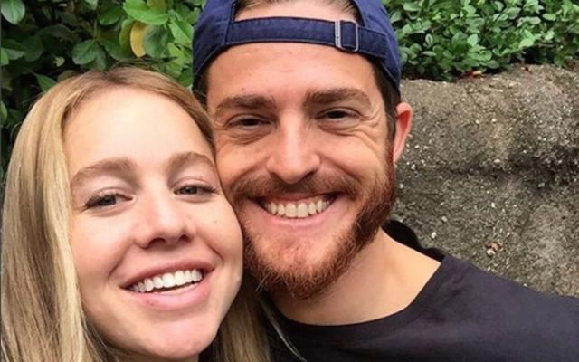 Simi Polonsky, à gauche, avec son mari Shua. (Crédit : The Frock NYC / Instagram via JTA)