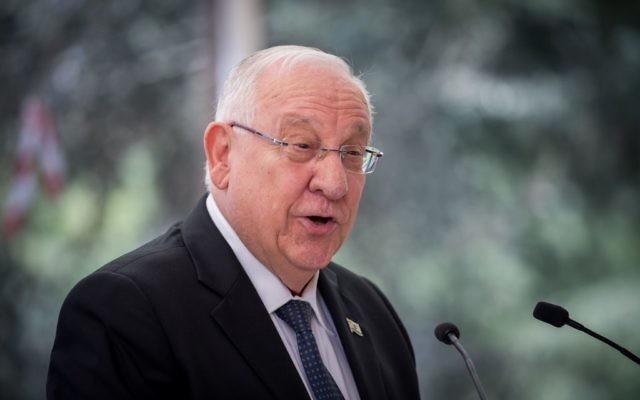 Le président Reuven Rivlin lors d'une cérémonie marquant un an depuis le décès de l'ancien président Shimon Peres au cimetière Mount Herzl à Jérusalem, le 14 septembre 2017. (Crédit : Yonatan Sindel / Flash90)