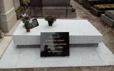 Monument aux victimes de l'accident d'avion de Charm el Cheikh (Vol 604 Flash Airlines), le 3 janvier 2004, au cimetière du Père Lachaise (Crédit : Pierre-Yves Beaudouin / Wikimedia Commons / CC BY-SA 4.0)