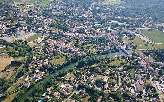 Vue aérienne en ULM  du village de Quissac (Gard - Occitanie), le 6 juin 2015 (Crédit : Anthony Morel/ Creative Commons Attribution-Share Alike 4.0 International)