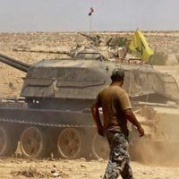 Un char du groupe terroriste du Hezbollah est aperçu dans la région de Qara dans la région de Qalamoun en Syrie, le 28 août 2017 (Crédit : AFP / Louai Beshara)