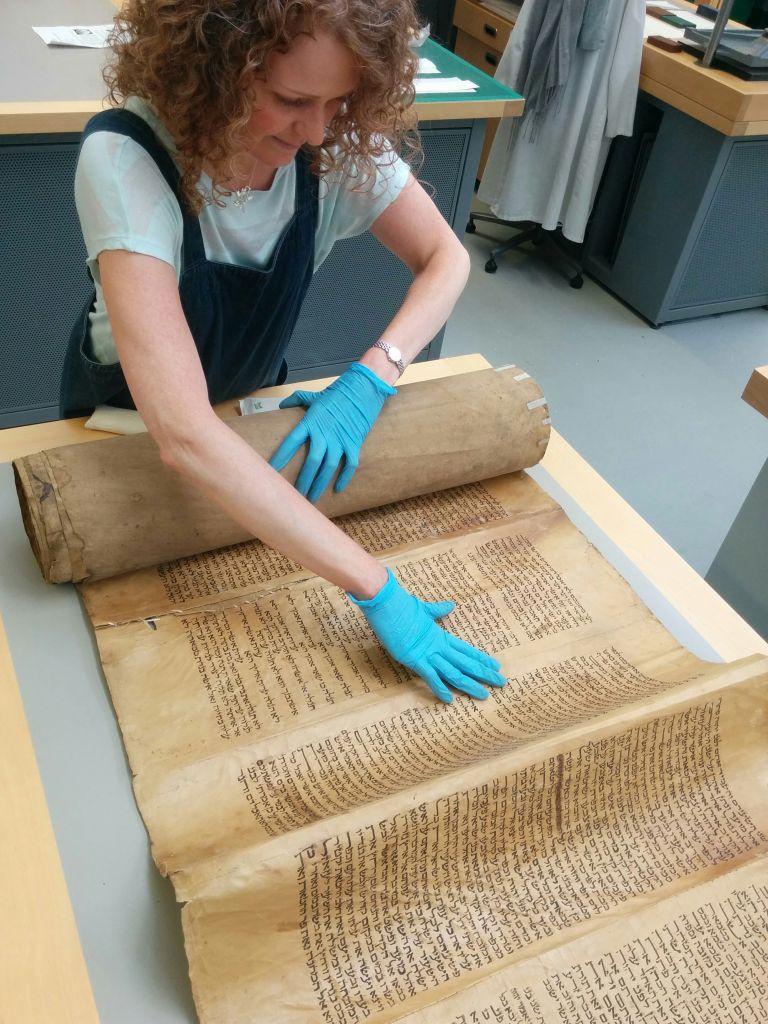 La conservatrice Lea Havelock manipule le plus long rouleau de la collection hébraïque : un rouleau de la Torah du 16e siècle (Crédit : autorisation de la British Library)