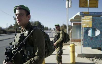 Les soldats israéliens montent la garde au carrefour de Gush Etzion après qu'un attentat terroriste à la voiture bélier a blessé deux Israéliens dans la matinée, le 17 novembre 2017 (Crédit : Armée israélienne)