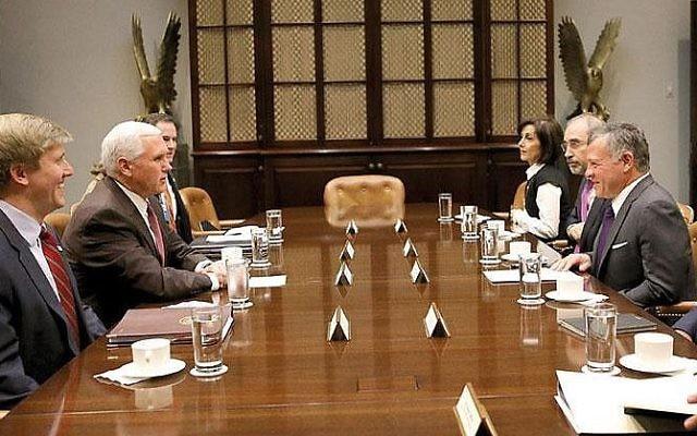 Abdullah II de Jordanie avec Mike Pence à Washington, le 27 novembre, 2017 (Crédit :  Jordanian Royal Court)