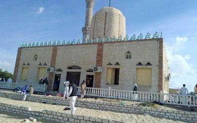 La mosquée Rawda, à environ 40 kilomètres à l'ouest d'El-Arish, dans le Sinaï égyptien, après une attaque terroriste à l'arme à feu et un attentat à la bombe, le 24 novembre 2017. (Crédit : AFP / Stringer)