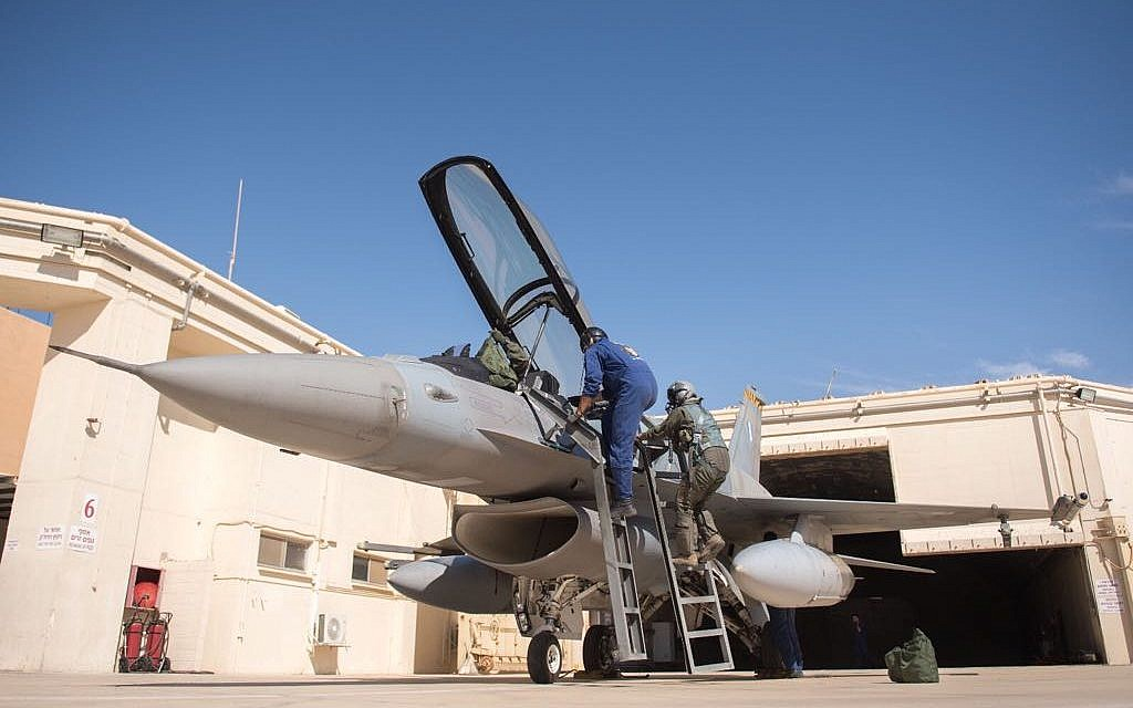 Un pilote entre dans un F-16 lors de l'exercice international Blue Flag en novembre 017. (Crédit : armée israélienne)