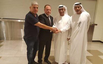 Le chef du judo israélien Moshe Ponte, à gauche, avec le chef de la fédération internationale de judo, Marius Vizer, deuxième à gauche, et deux responsables des sports des Emirats réunis à Abu Dhabi le 28 octobre 2017 (Crédit : IJF)