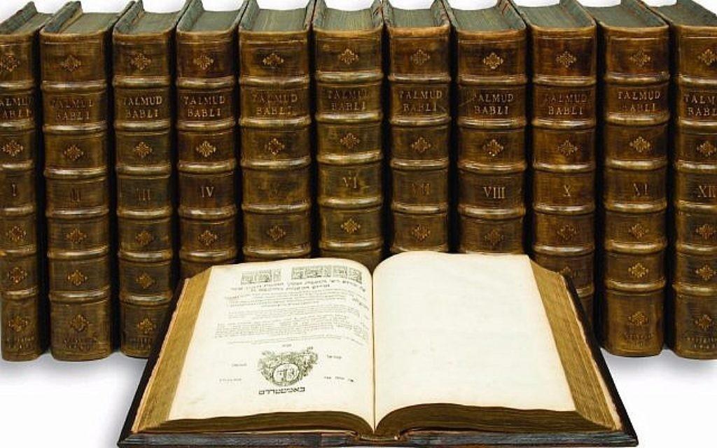 """Le Talmud de Babylon, avecles commentaires de Rashi, Tosaphoth, Piskei Tosaphoth, compendium de Asher ben Jehiel, commentaire sur la Mishnah par Moses Maimonides, et en index, les décisions du """"Ein Mishpat."""" , en 12 volumes, version intégrale. Imprimé à Amsterdam par Immanuel Benveniste, en 1644-47 (Crédit : Kestenbaum & Company)"""