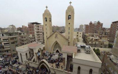 Une vue générale montre des personnes rassemblées à l'extérieur de l'église copte Mar Girgis dans le delta du Nil, dans la ville de Tanta, au nord du Caire, après l'explosion d'une bombe lors du rassemblement des fidèles le dimanche 9 avril 2017. (Crédit : Photo AFP / Khaled Desouki)