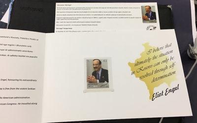Eliot Engel apparaît sur un timbre-poste du Kosovo. (Crédit : Bureau d'Eliot Engel via JTA)