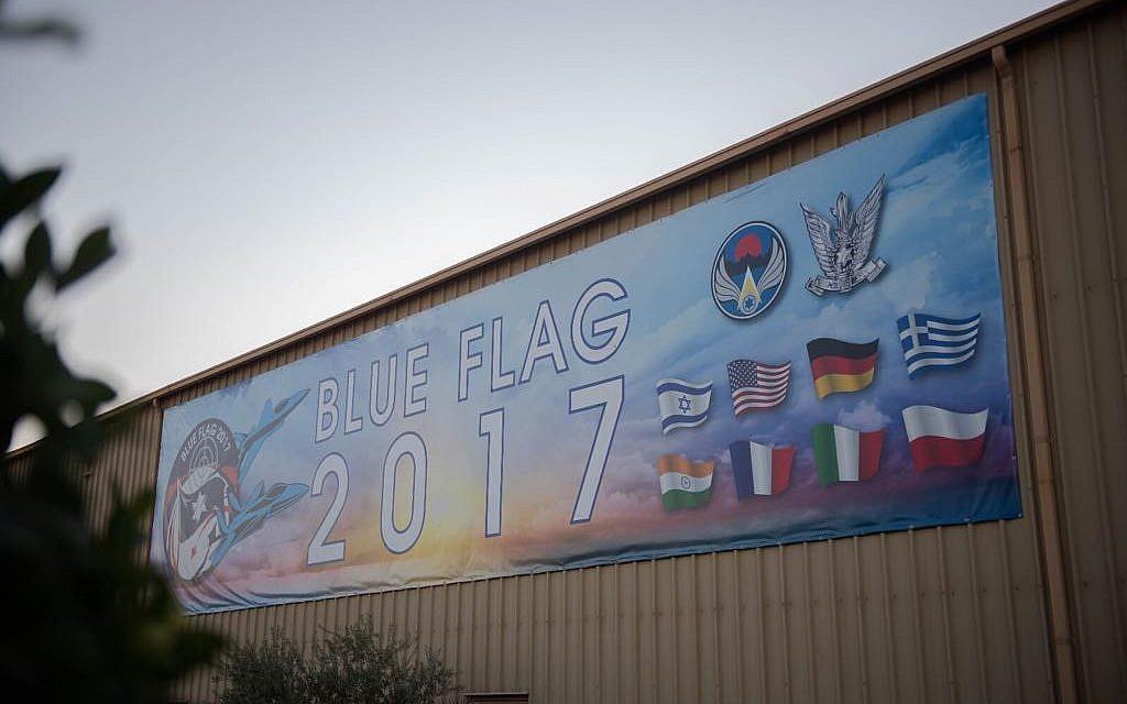 Un poster avec les drapeaux d'Israël, de l'armée israélienne, des États-Unis, de la France, de l'Italie, de l'Allemagne, de la Grèce, de la Pologne et d'Indre, à la base militaire d'Ovda lors de l'exercice international Blue Flag en novembre 2017. (Crédit : armée israélienne)