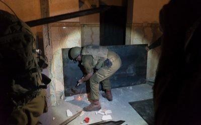 Des soldats s'apprêtent à sceller la chambre du terroriste palestinien Khalid Muhamra dans la ville de Yatta en Cisjordanie, le 16 novembre 2017 (Crédit : Armée israélienne)