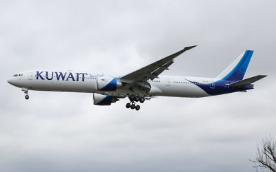 Un avion de Kuwait Airways à l'approche de l'aéroport de Heathrow à Londres, en Angleterre (Crédit :  Wikimedia Commons via JTA)