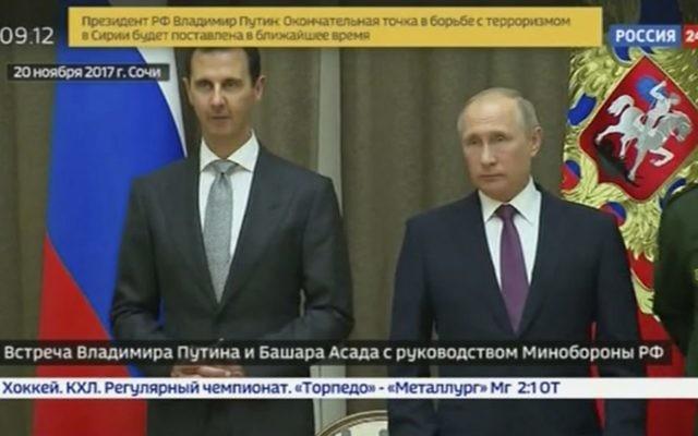 Bashar el Assad et Vladimir Poutine, le 20 novembre 2017 (Crédit : capture d'écran télévision d'état russe