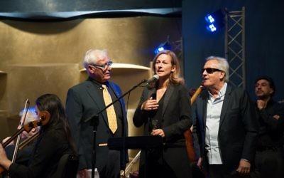 """La violoniste Anne Gravoin, Gilbert Montagne et le  Lt Col R Yaacov Perez au concert """"Le Violon de mon Père"""" au Musée de Tel Aviv. (Crédit : Claudia Danant)"""
