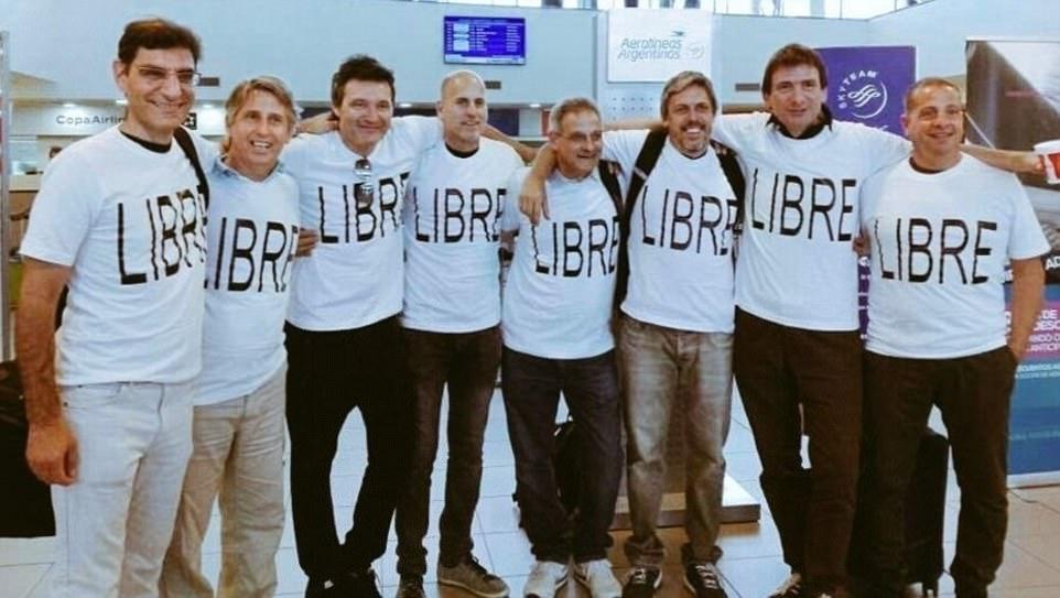 Ariel Erlij, troisième à gauche, pose avec des amis participant à une réunion en souvenir de leurs années de lycée. Cinq membres du groupe, dont Erlij, ont été tués lorsqu'un terroriste a jeté son camion contre des piétons à New York, le 31 octobre 2017 (Crédit : Facebook)