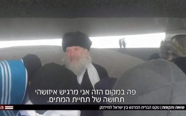 Capture d'écran du rabbin Aryeh Hendler faisant visiter le camp de Majdanek, en novembre 2017. (Crédit : Hadashot news)