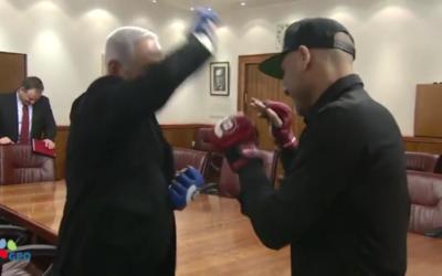 Le Premier ministre rencontre le boxeur -MMA Noad Lahat. à la Knesset en amont du tournoi Bellator 188, le 14 novembre 2017 (Capture d'écran)