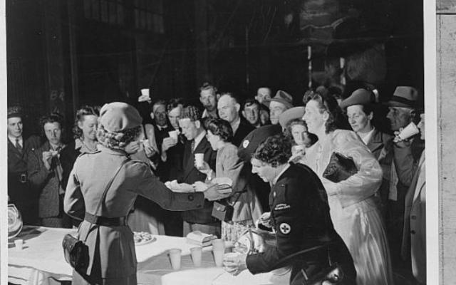 La Croix-Rouge canadienne accueille les immigrants néerlandais, le 21 mai 1948. (Crédit : Archives publiques, Wikimedia commons)