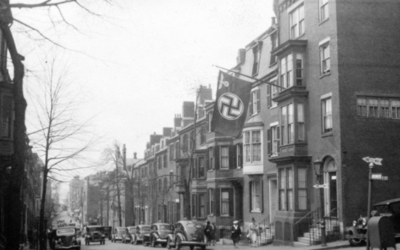 Un drapeau nazi au consulat allemand sur Chestnut Street, à Beacon Hill, en mai 1940. (Crédit : domaine public)
