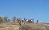 Capture d'écran de la vidéo où des résidents d'implantations jettent des pierres sur des Palestiniens à Givat Ronen (Crédit : YouTube)