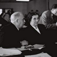 Golda Meir et David Remez lors de leur première Knesset à Jérusalem, le 16 décembre 1949 (Crédit : Pinn Hans/GPO)