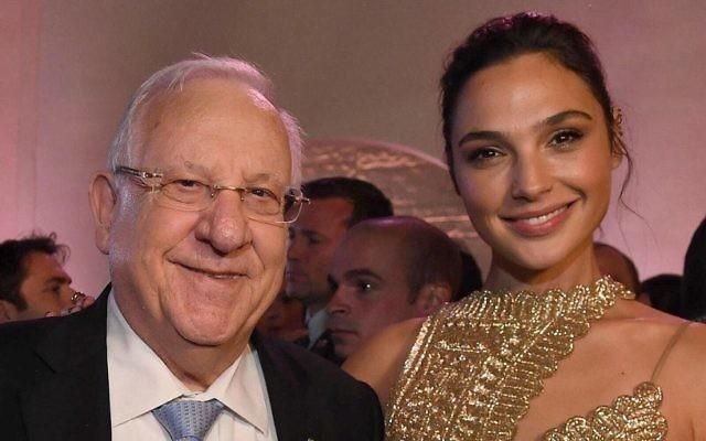 """Le président Reuven Rivlin rencontre l'actrice israélienne  Gal Gadot à la première de """"Justice League,"""" à Los Angeles, le 13 novembre 2017 (Crédit :  Mark Neyman/GPO)"""