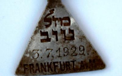 Un pendentif retrouvé lors des fouilles dans le camp d'extermination de Sobibor, en Pologne. Il appartenait à Karoline Cohn, un fille juive de Francfort, en Allemagne, qui n'aurait pas survécu. (Crédit : Yoram Haimi et Wojciek Mazurek/via JTA)