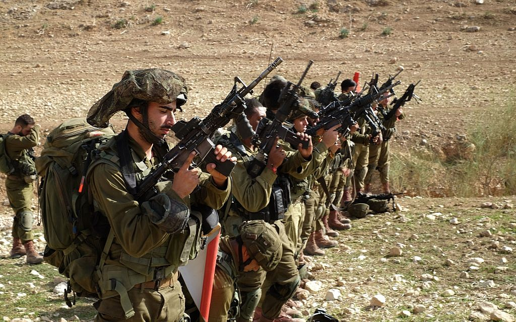 Des soldats de la Brigade Kfir de Tsahal lors d'un entraînement dans la vallée du Jourdain, le 28 novembre 2017. (Crédit : Judah Ari Gross / Times of Israel)