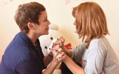 Susan Ashner, cofondactrice de Beit Ruth, avec l'une des résidentes en juillet 2017 (Crédit : Meir Azoulay)