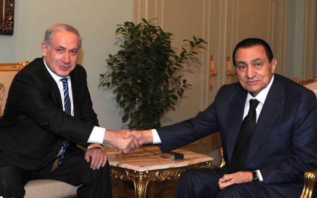 Le Premier ministre israélien Benjamin Netanyahu et le président égyptien Hosni Mubarak au Caire en juillet 2010 (Crédit : Moshe Milner / GPO / Flash90)